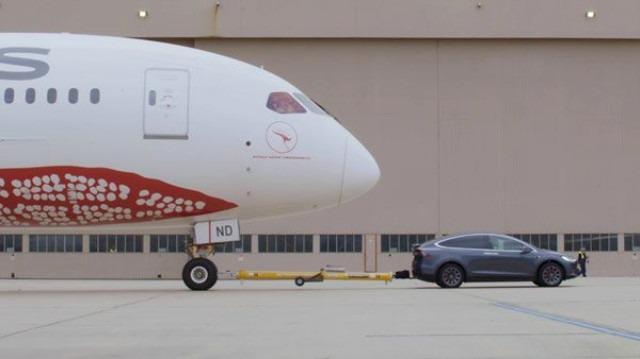 130 Tonluk uçağı çekerek rekor kırdı.